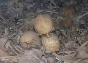 Verduns døde hviler ikke lykkeligt ved revolutionsgudinden Mariannes bryst. De er smidt i dynger i benhusets mørke kældre, forsynet med små kikhuller i et grotesk og grusomt peep-show.