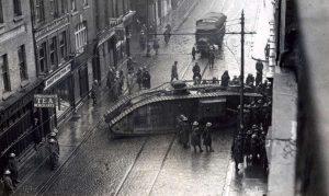 Britiske tropper med en Mark IV-tank, fotograferet i Abbey Street under opstanden.