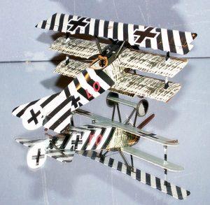 Nært beslægtet med det britiske dazzle-mønster: Ernst udets Fokker Triplan (her dog i en model). Billedet illustrere udmærket, hvor meget striberne forvirrer synsindtrykket.