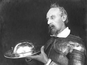 Don Quixote i stum beundring over sit nyvundne trofæ - den berømte Mambrinos gylde hjælm (i virkeligheden et barberfad, stjålet fra en omvandrende frisør). Still fra Fy & Bi-filmen fra 1926.