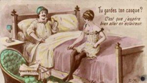 """Fransk postkort, der skal minde soldaterne om vigtigheden af at huske kondomet; """"Tu Gardes ton casque?"""" spørger pigen... """"har du husket hjælmen""""?"""