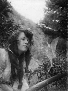 Et af de berømte Cottingley-fe-billeder fra 1917, der viser den ene af pigerne, Elsie Wright, med en fe. Det er Elsie til venstre.