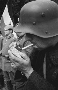 Rygning var meget udbredt blandt soldaterne. Men ingen ville drømme om at stille sig op og vifte med en brændende tændstik ovenfor løbegravene (modelfoto)
